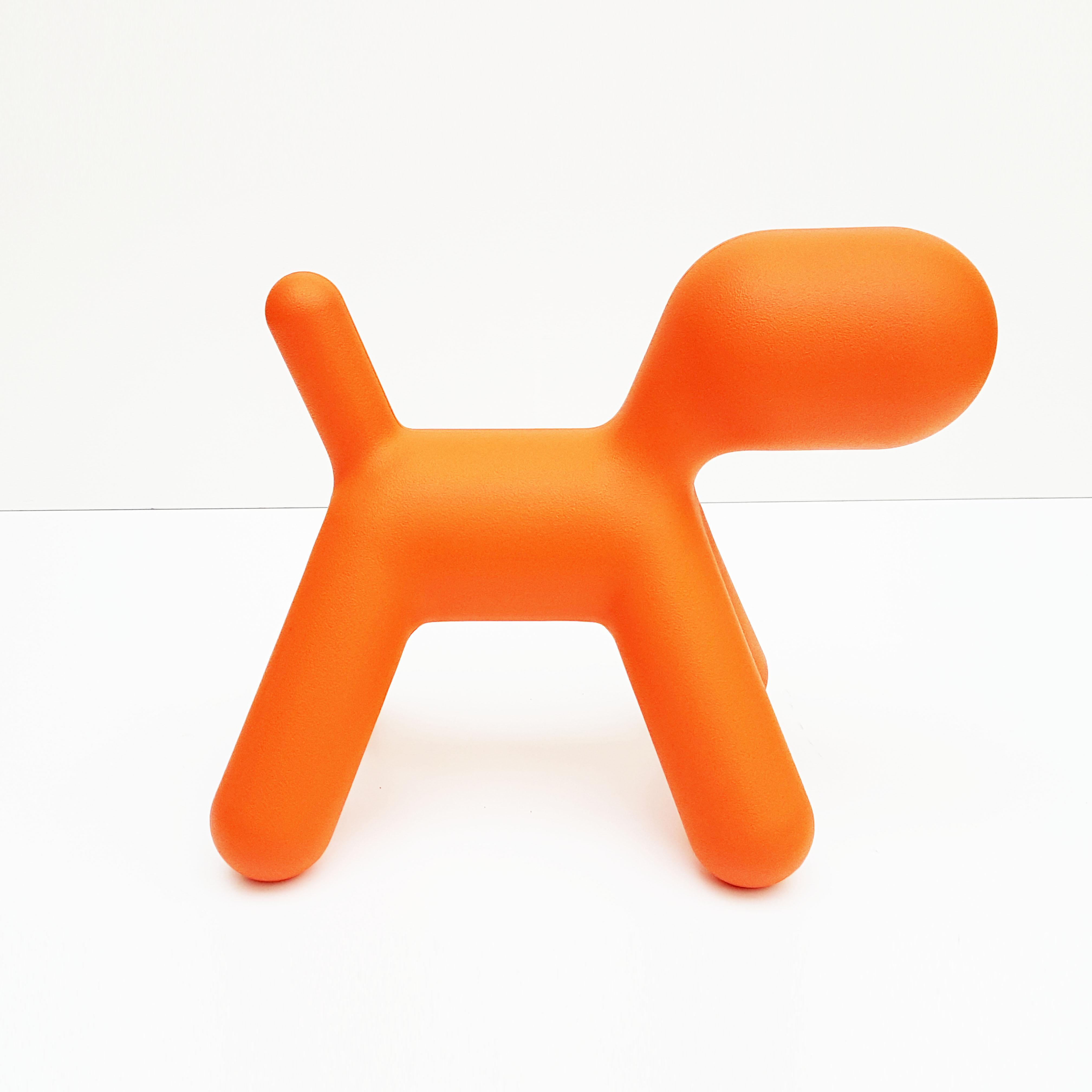 hippe oranje kinderstoel puppy van magis by eero aarnio bureau baantjer. Black Bedroom Furniture Sets. Home Design Ideas